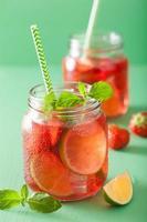 Sommer Erdbeer Limonade mit Limette und Minze in Gläsern foto