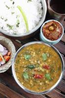 Palak Tuvar Dal ist eine würzige Spinat- und Linsenzubereitung foto
