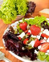 grüner Salat mit Erdbeeren, Hüttenkäse und Olivenöl