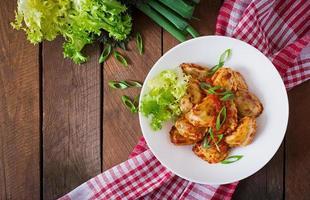 leckere Ravioli mit Tomatensauce und Frühlingszwiebeln foto