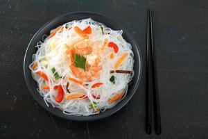 Nudelsalat mit grauem Hintergrund der Garnelen foto