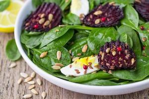 frischer Spinatsalat, Eier und geröstete Rüben foto