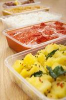 indisches Essen zum Mitnehmen aloo saag Huhn Tikka Bhoona Curry Bhaji foto