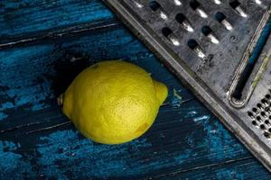 Zitrone und Reibe foto