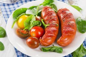 Bratwürste mit frischem Salat. foto