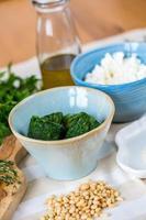 verschiedene zutaten für hausgemachte italienische ravioli mit ricotta foto