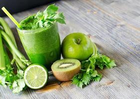 gesundes grünes Smoothie-Getränk mit Spinat und Sellerie foto