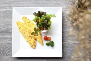 Omelett auf Holzhintergrund