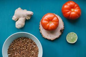 Lebensmittelzutaten auf blauem Hintergrund foto