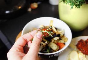 Mischung aus gegrilltem Gemüse auf dem Teller foto