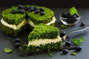 schöner grüner Kuchen mit Spinat und Buttercreme. Türkische Küche. foto