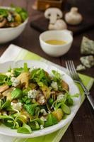 frischer Salat mit Gemüse und Blauschimmelkäse foto