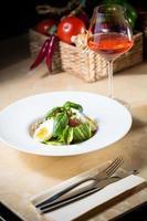 Teller Frühlingssalat mit Erdbeere, Eiern und Thunfisch foto