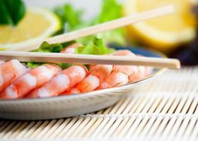 frisch gekochte Garnelen auf einem Teller foto