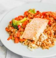 Gegrillter Lachs mit Quinoa und Gemüse foto