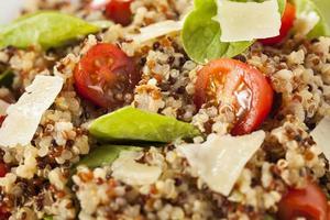 gesunder vegetarischer Quinoa-Salat foto