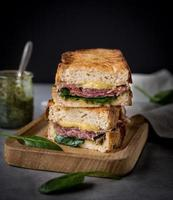 Rustikales Sandwich mit Käse, Spinat und Schinken foto