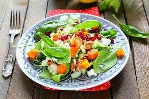 Salat mit Kürbis und frischem Selleriestiel foto