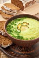 Zucchini-Cremesuppe in einer Keramikschale foto