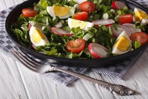 frischer Frühlingssalat mit Eiern, Tomaten, Radieschen und Kräutern