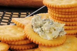 Cracker mit Spinat-Artischocken-Dip foto