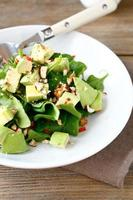 Salat mit Avocado und Spinat foto