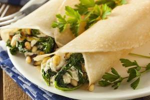 köstliche hausgemachte französische Crepes mit Spinat und Feta foto