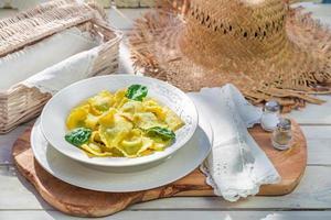 leckere Ravioli in der sonnigen Küche foto