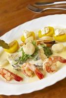 Meeresfrüchtegericht mit Spinat, Kartoffeln und Sahnesauce foto
