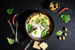 frischer weißer Käse mit Rührei und Spinat