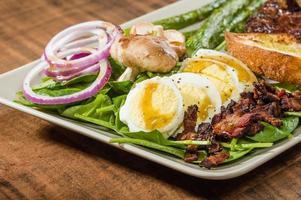 Steak-Spinat-Salat mit Spargel foto
