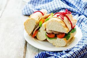 Sandwich mit Fleisch, Spinat und Tomate foto