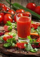 frischer Saft aus einer Mischung von Gemüse mit Gemüse und Kräutern foto