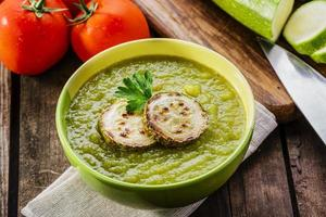Sahne-Zucchini-Suppe in eine Schüssel geben foto
