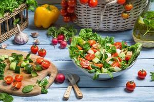 einen gesunden Frühlingssalat zubereiten foto