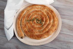 traditioneller mediterraner Kuchen mit Spinat und Käse. foto
