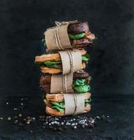 Vollkorn-Sandwich-Turm mit Hühnchen und Spinack mit Gewürzen foto