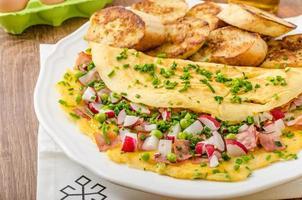 Omelett mit Frühlingsgemüse und Speck foto
