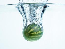 Wassermelone im Wasserspritzer foto