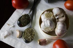 Knoblauch, Kräuter und Tomaten foto