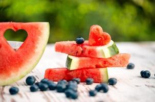 Wassermelonenscheiben mit Liebe dekorieren foto