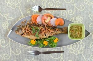 gebratener Fisch mit Knoblauch foto