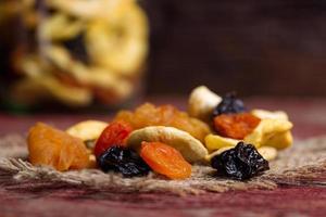 getrocknete Früchte auf einem Tisch foto