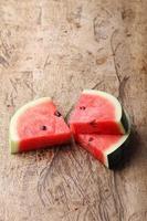 frische Wassermelone auf hölzernem Hintergrund foto