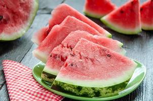 reife Wassermelonen auf Tisch auf dem hölzernen Hintergrund
