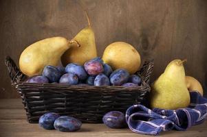 blaue Pflaumen und Birnen