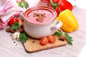 leckere Tomatensuppe und Gemüse, Nahaufnahme foto