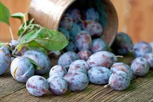 Pflaumenfrüchte auf hölzernem Hintergrund foto