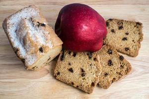 Apfel und Kuchen mit Rosinen foto