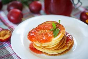 Pfannkuchen mit Pflaumenmarmelade